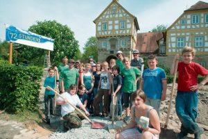 Die Helfer der 72-Stunden-Aktion vor dem Schloss.