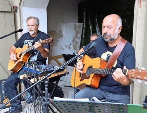 Helmut Freyhardt und Walter Creuz spielen Gitarre.