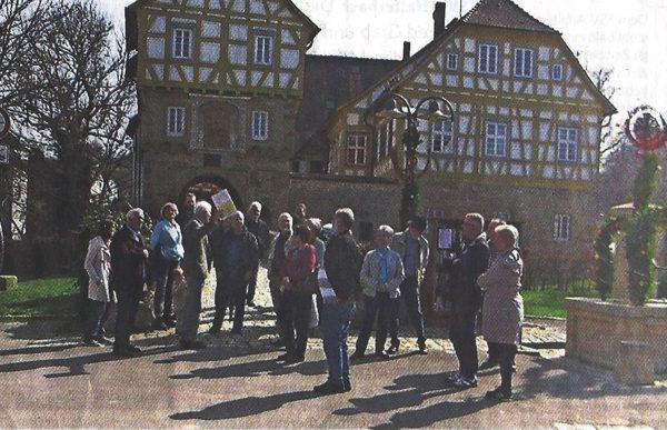 Personen vor dem Schloss.